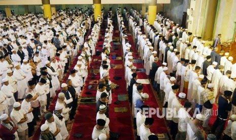 Sholat subuh mempunyai manfaat baik di dunia atau akhirat . Ilustrasi sholat Subuh Berjamaah Akbar, di Masjid Raja Jawa Barat, Alun-alun Kota Bandung, Ahad (22/9).